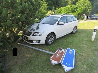 Řidička v Malé Skále přerazila dopravní značku