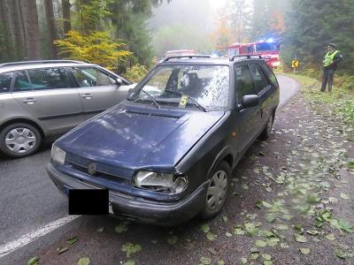 V zatáčce přejel řidič do protisměru a střetl se s dalším autem