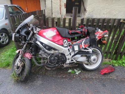 S motocyklem havaroval na mokré vozovce v Hamrskách