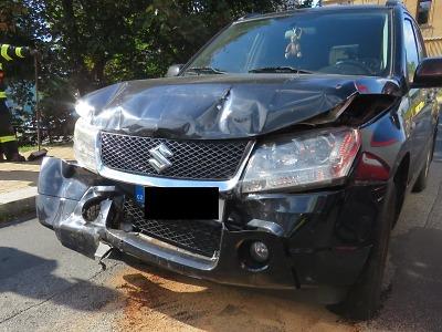 Oslněn sluncem narazil řidič v Jablonci do vozidla před sebou