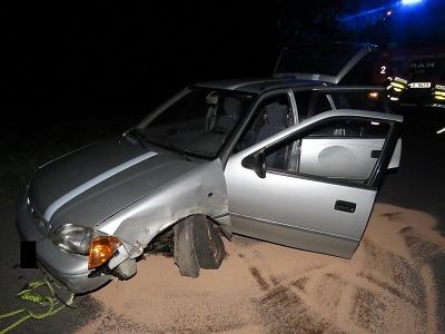 Opilý řidič hledal v Lučanech navíc v autě mobil a narazil do stromu