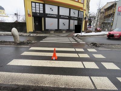 Policisté hledají svědky střetu auta s mladou dívkou v Jablonci