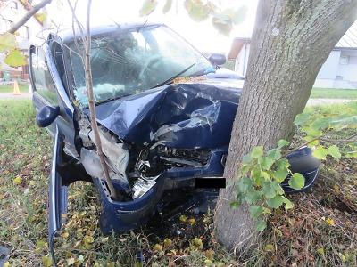 Řidič dostal v Pěnčíně smyk a narazil do stromu
