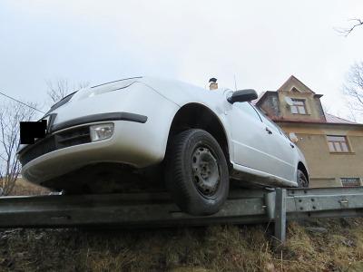Po smyku zůstala řidička stát s vozidlem v Proseči na svodidlech