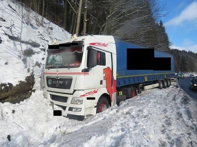 S nákladním autem sjel v Rádle do příkopu