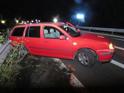 Řidič údajně ladil za jízdy v Rádle rádio a havaroval