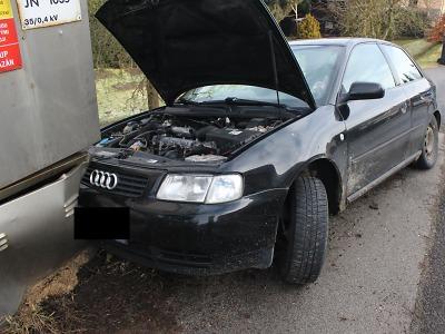 Na namrzlé vozovce narazila řidička po smyku v Držkově do rozvaděče