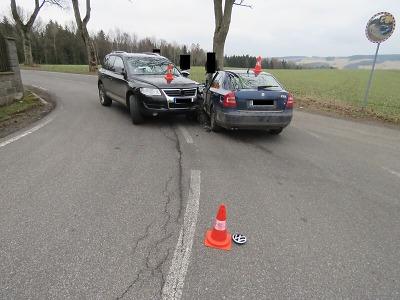 V Rychnově se střetla dvě vozidla, škoda je 140 tisíc