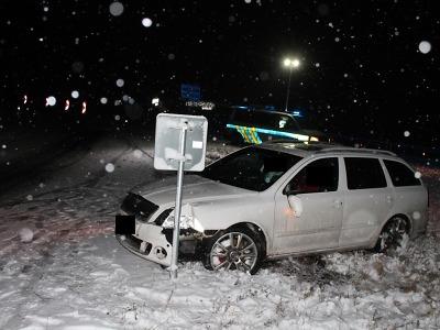 Na namrzlé vozovce v Rychnově havaroval