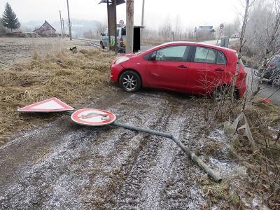 Při odbočování řidička v Rychnově složila dopravní značku