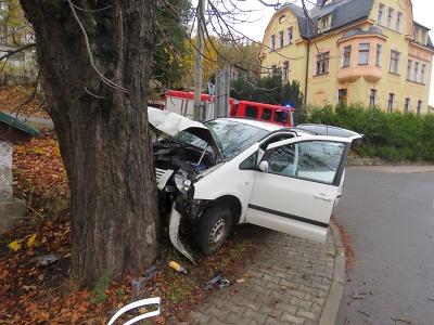 Řidič se na Smržovce nevěnoval řízení a narazil do stromu