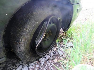 Na Smržovce se řidič vyhýbal jinému autu a narazil u silnice do pařezu