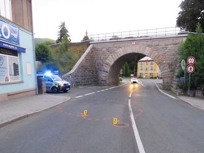 Motocyklista v Tanvaldě ujel od nehody. Policisté ho našli zraněného