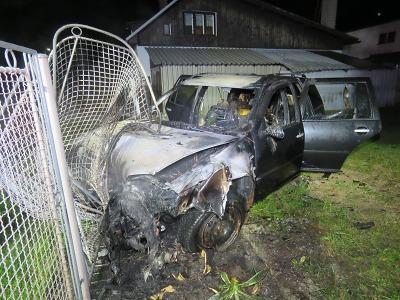 Muž v Tanvaldě měl štěstí, že vystoupil z hořícího auta. Řídil ovšem opilý