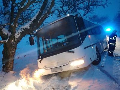 Po sněhové nadílce zasahují hasiči u nehod i spadlých stromů