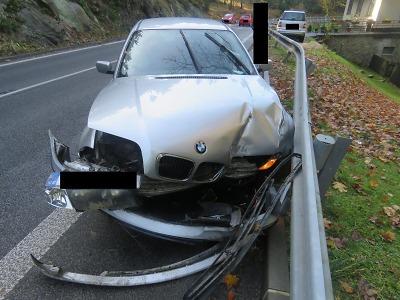 Na mokré vozovce u Jablonce narazil s BMW do svodidel