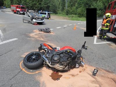 Řidička v autě nedala u Loužnice přednost motocyklistovi