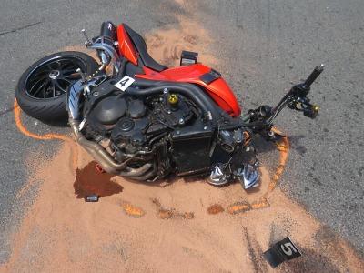 Motorkář zemřel po střetu s autem u Rovenska