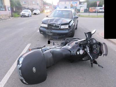 Opilý řidič nedal ve Velkých Hamrech přednost motocyklistovi