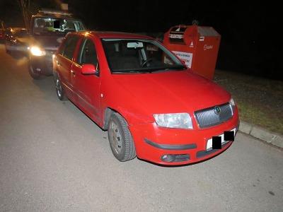 Řidič ve Velkých Hamrech naboural celkem tři zaparkovaná auta