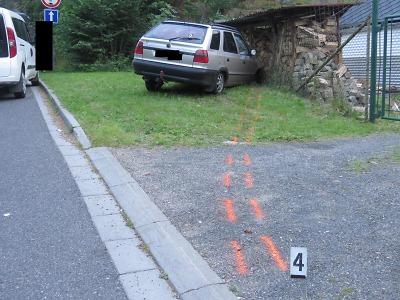 Opilý řidič si ve Vrkoslavicích spletl pedály a zastavil se až o kůlnu