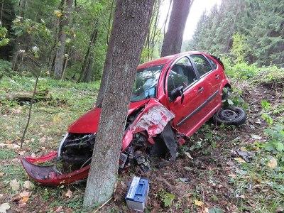 V železnobrodských zatáčkách narazila řidička do stromu