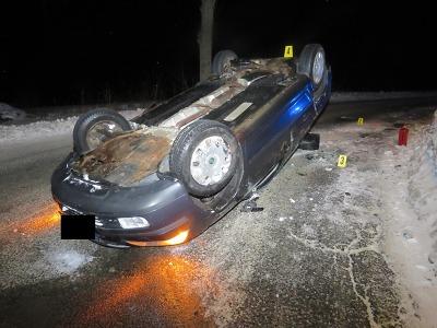 U Zlaté Olešnice skončil po smyku řidič s autem na střeše