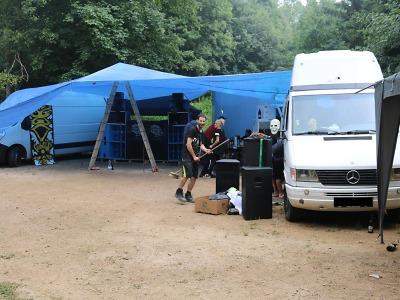 Nelegální technoakce u Rychnova zpomalila provoz na silnici i železnici