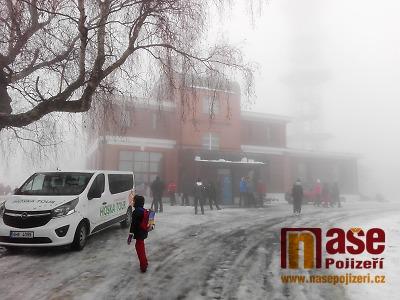 V mlze vystoupala Kozákov na Nový rok 2019 tisícovka turistů