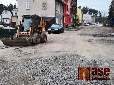 VIDEO: V Rychnově u Jablonce se opravuje Nádražní ulice