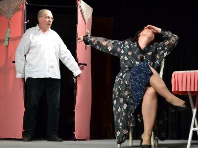 Otcové se rodí ve skříních zkusí přesvědčit hra v josefodolském divadle