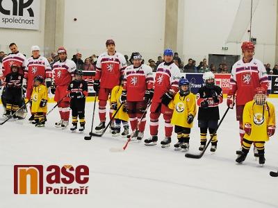Za pomoci hokejových legend otevřeli v Turnově zimní stadion