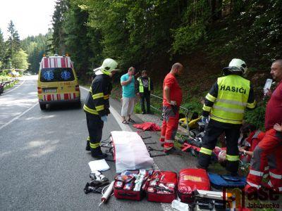 Obrazem: Zraněného motorkáře musel transportovat vrtulník