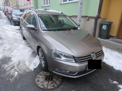 V jablonecké ulici Jungmannova poškodil padající led ze střech tři auta