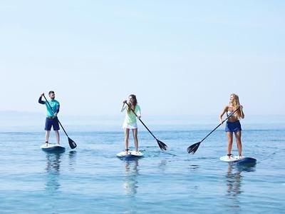 Na jablonecké přehradě můžete vyzkoušet paddleboardy