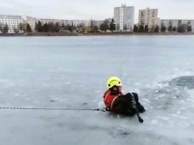 Psa z ledu na jablonecké přehradě museli vytáhnout hasiči
