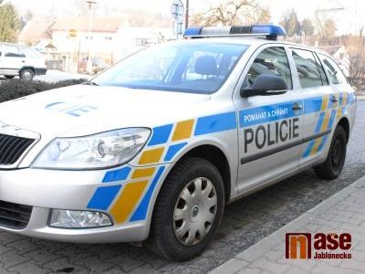 Ujíždějící řidič naboural hned dvě policejní auta a zranil dva policisty