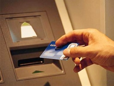 Muž zapomněl v bankomatu v Železném Brodě 40 tisíc