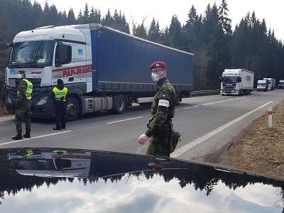 VIDEO: Dopravu komplikují kamiony ve směru na Harrachov