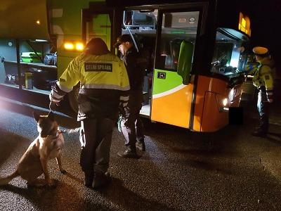 Policisté s celníky kontrolovali na hranicích v Harrachově autobusy