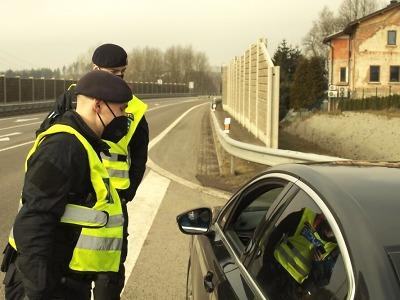 Policisté kontrolují dodržování zpřísněných protiepidemických opatření