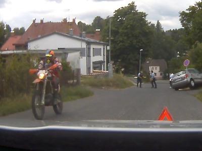 Policie pátrá po motorkáři, který najel ve Vratislavicích do policisty