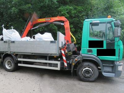 Řidiči náklaďáku se v Desné nevešla pod most hydraulická ruka