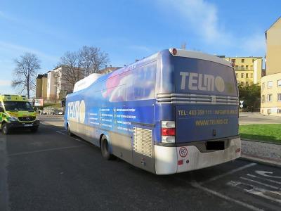 Policie hledá svědky nehody autobusu, při níž se zranila cestující