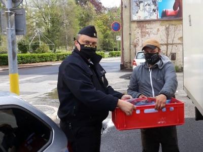 Policisté z Jablonecka děkují za darované potraviny v nouzovém stavu