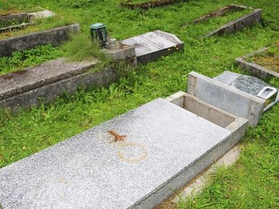 Policie hledá svědky poškození hrobů na hřbitově v Tanvaldě