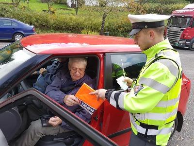 Policisté rozdávali řidičům na Jablonecku reflexní vesty