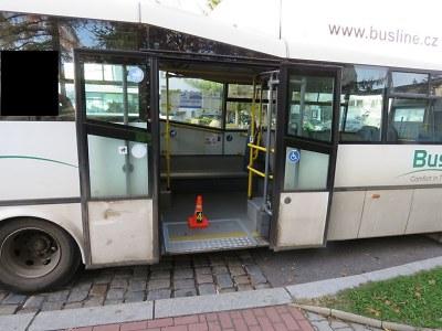 Policisté hledají svědky nehody, při které upadla seniorka v autobuse