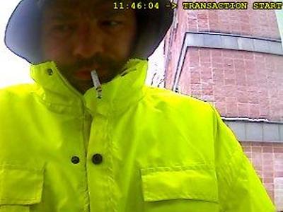 Tanvaldští policisté hledají muže, který vybíral cizí kartou z bankomatu
