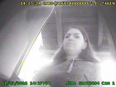 Policisté hledají ženu vybírající cizí kartou z bankomatu v Bedřichově